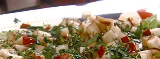 梨黄瓜沙拉配香脂和剃须罗马诺奶酪