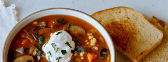 健康干蘑菇和大麦汤