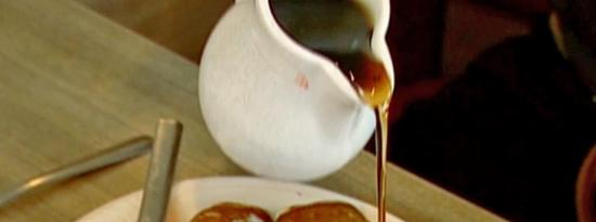 煎饼包水牛香肠配自制糖浆