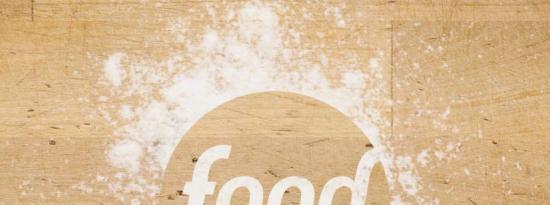 平底锅烤黑石斑鱼配野生美洲虾、黑眼豆饼、苹果木烟熏培根和弗里塞沙拉和烟熏番茄酱