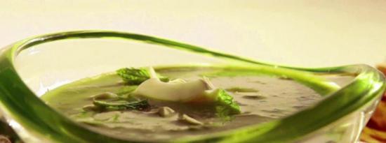 几乎生的芦笋酸奶和杏仁汤