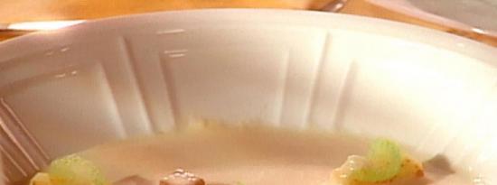 芹菜汤配釉面芹菜和咖喱苹果